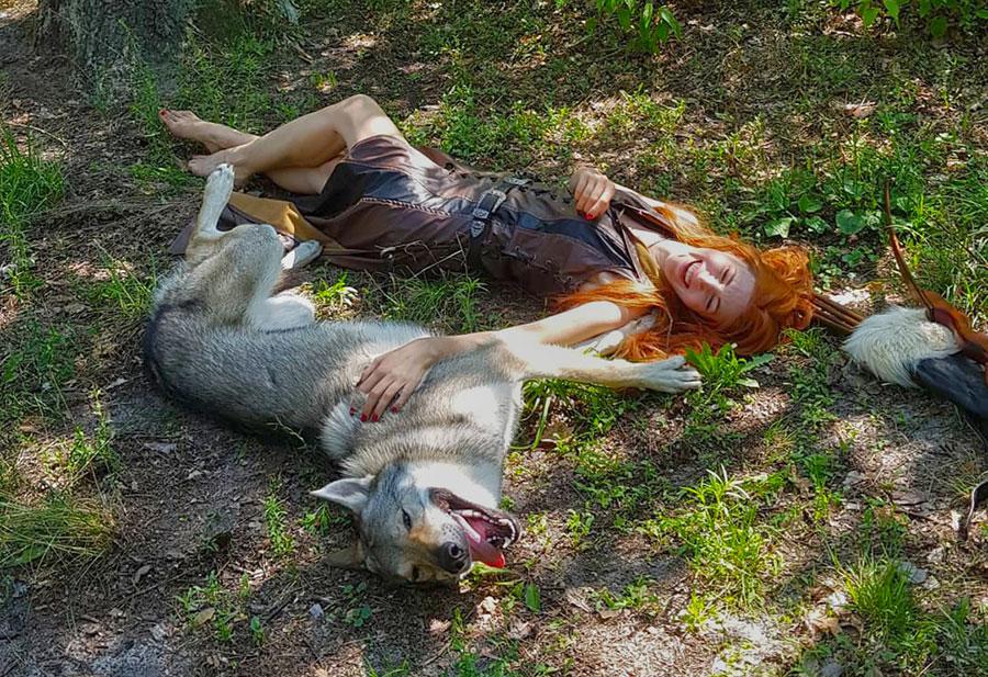Девушка и волк смеются