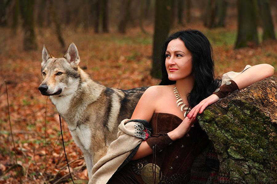 Волк и красивая женщина.
