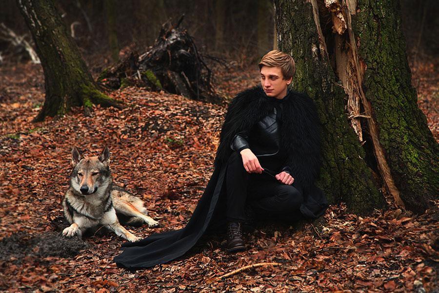 Фотосессия красивого мужчины и волка