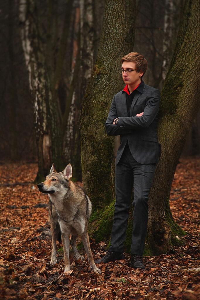 Фотосессия мужчины и волка