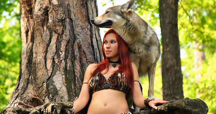 Девушка с татуировкой волка.