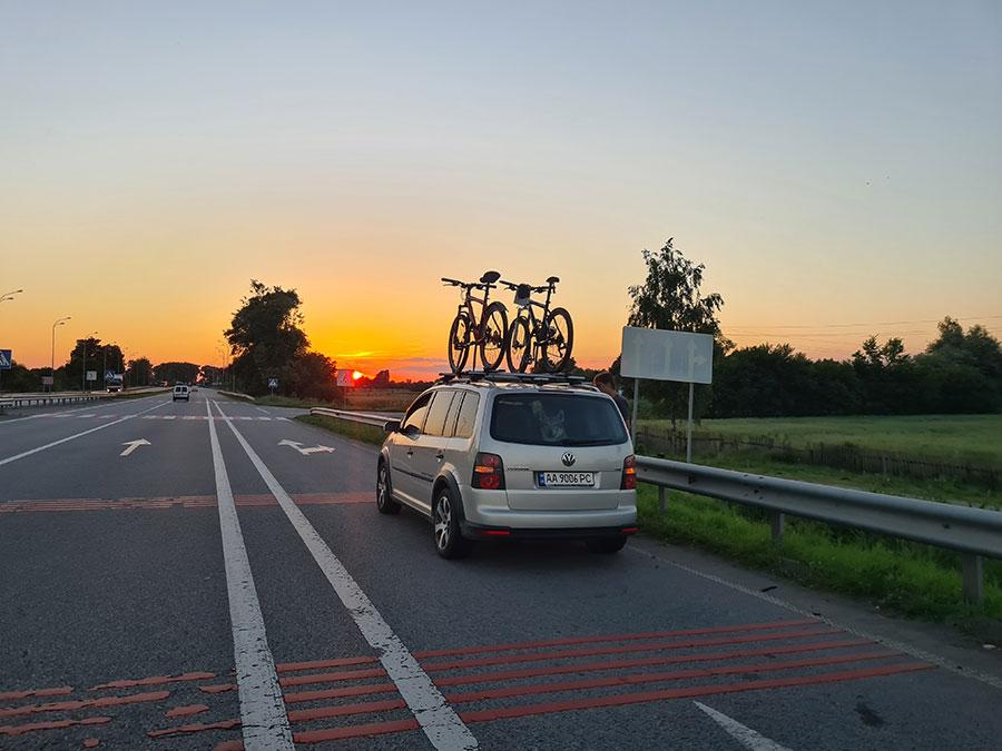 Вечерний закат в дороге