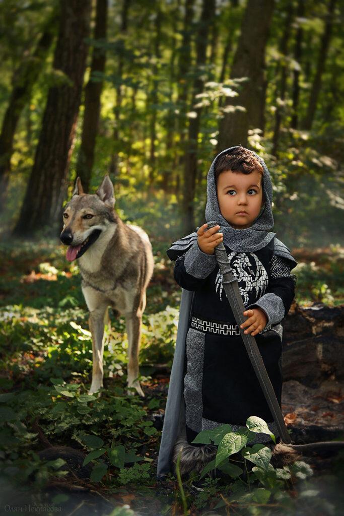 Маленький мальчик и волк