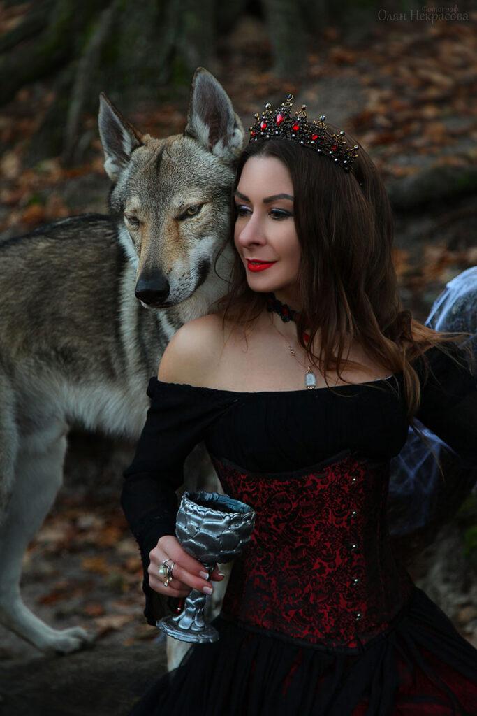 Ведьма в обнимку с волком