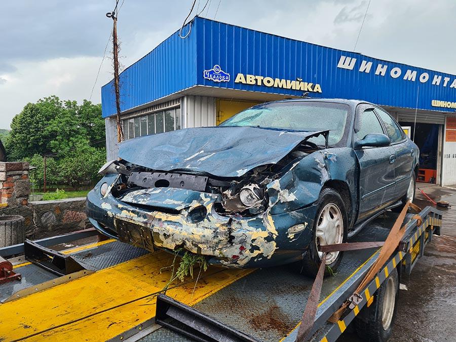 Разбитый форд таурус