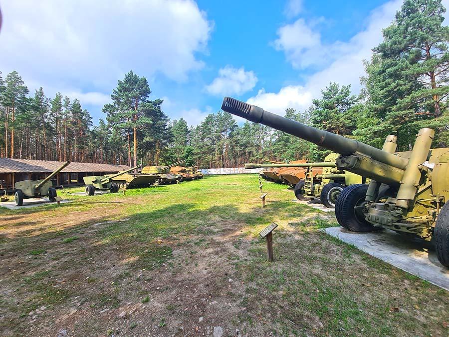 В селе Пилява туристы посещают музей-мемориал военной техники